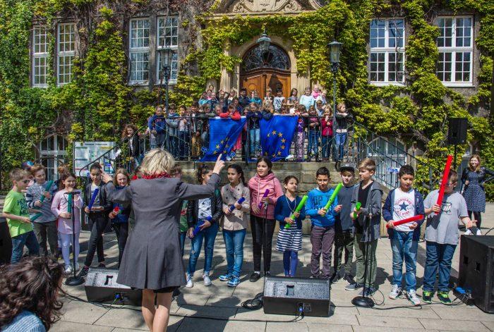 """Kinder der Dudenrothschule und ihre Lehrerin Brigitta Weiß eröffneten das kleine musikalische Programm beim Europatag mit einer mehrsprachigen Version des Liedes """"Bruder Jakob"""". (Foto: P. Gräber - Emscherblog.de)"""