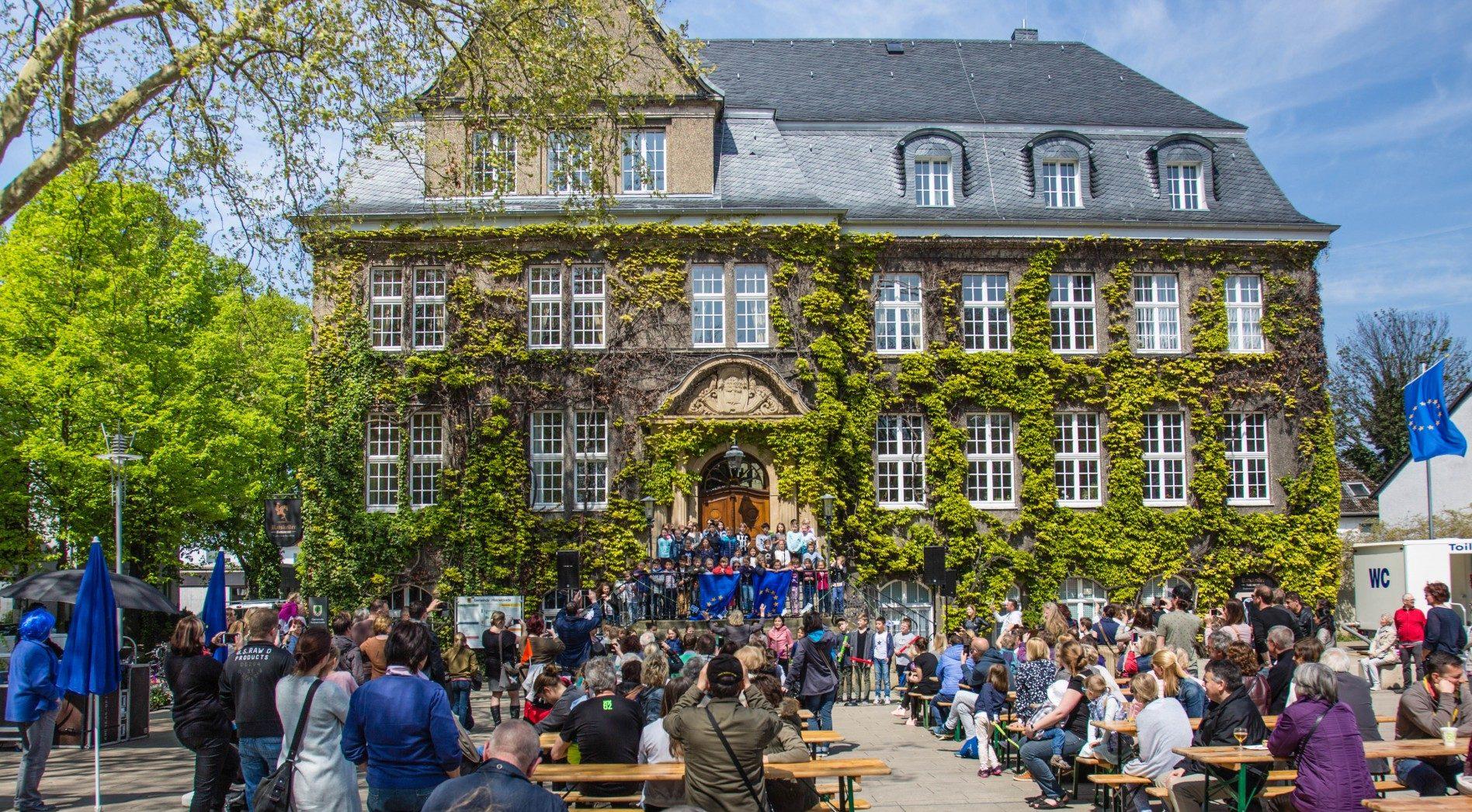 Zum ersten Europatag in der Gemeinde Holzwickede füllte sich der Marktplatz am frühen Nachmittag zusehends. (Foto: P. Gräber - Emscherblog.de)