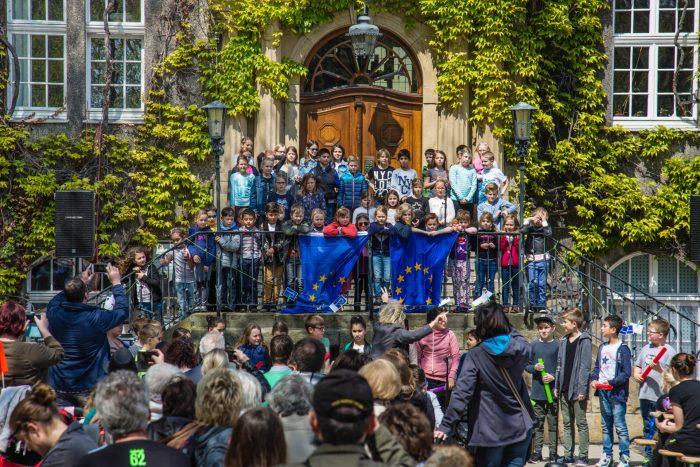 Aufstellen zum großen Auftritt: Die Kinder der Dudenrothschule eröffneten das musikalische Rahmenprogramm beim Europatag. (Foto: P. Gräber - Emscherblog.de)