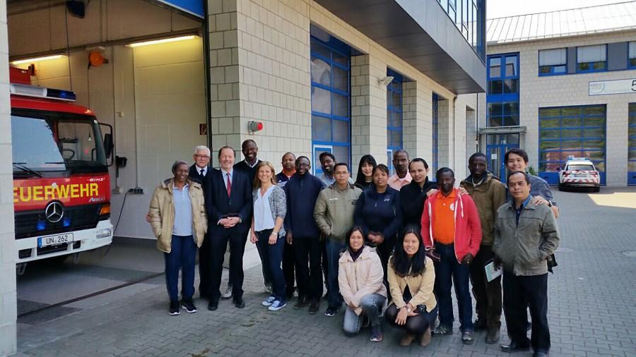 DiakonieManagement-Studenten aus Afrika und Asien informierten sich im Feuerwehrservicezentrum über professionelle Einsatzabläufe. (Foto: Kreis Unna)