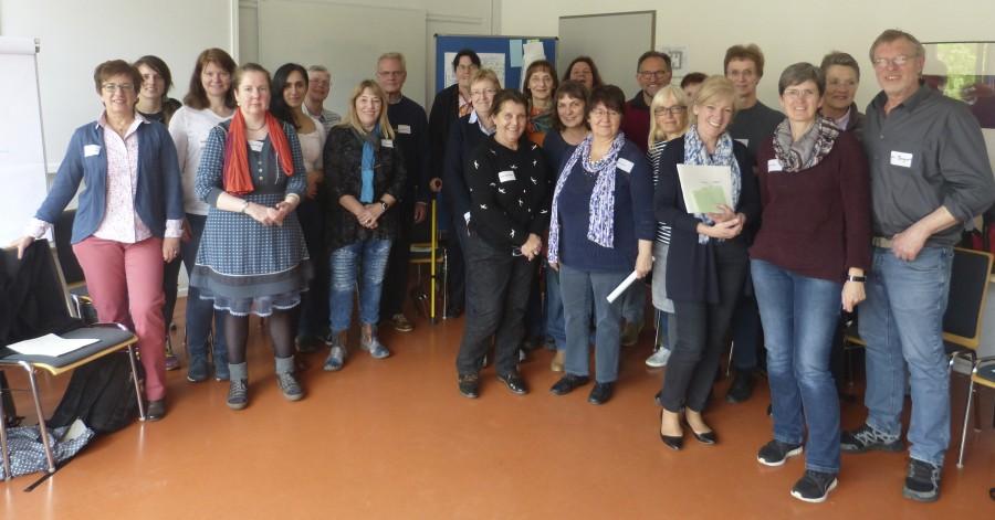 Ina Ravenschlag vom Kommunalen Integrationszentrum Kreis Unna (vorne, 3.v.r.) mit Teilnehmern der Fortbildung. (Foto: Katja Arens – Kreis Unna)