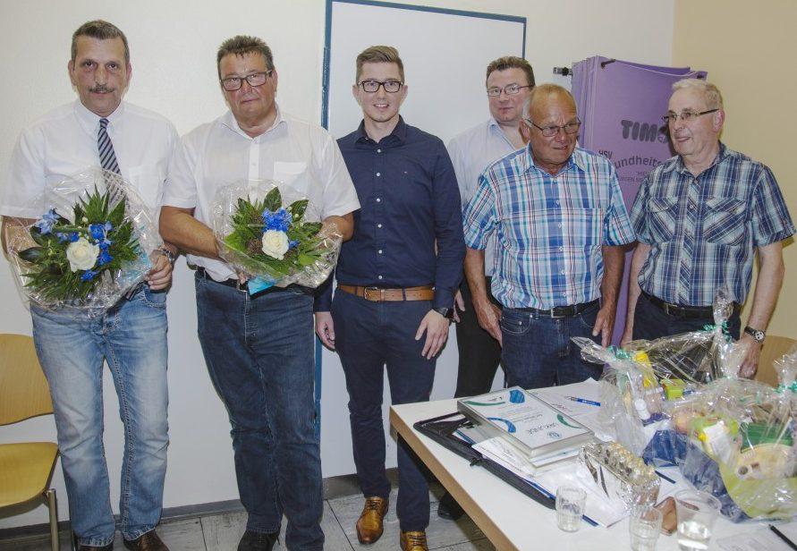 Die langjährigen Vorstandsmitglieder Frank Dietzow und Karl Lösbrock wurden vo neuen 1. Vorsitzenden Sebastian Bennet sowie den Vorstandsmitgliedern Frank Spiekermann, Wolfgang Hense und Günter Schütte (v.l.) verabschiedet. (Foto: P. Gräber - Emscherblog.de)