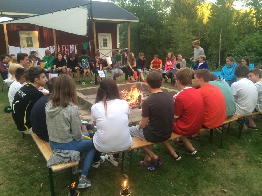 Der gemeinsame Gruppenabend am Lagerfeuer gehört zur Schwedenfreizeit der Ev. Jugend dazu. (Foto: privat)
