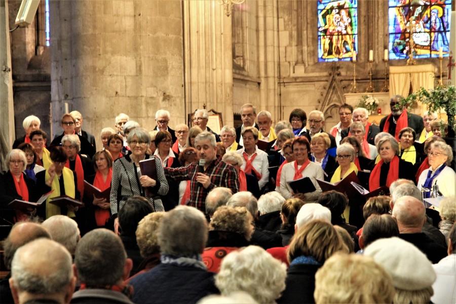 """Die Chöre """"Chantons"""" und """"Le Tourdion"""" bei ihrem gemeinsamen Konzert in der irche Notre-Dame im Louvierser Zentrum. (Foto: privat)"""