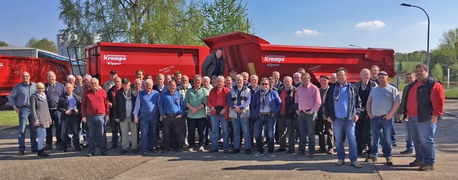 Die Teilnehmer des Bauernausfluges des Landwirtschaftlichen Ortsvereins Holzwickede auf dem Gelände der Firma Krampe in Coesfeld.