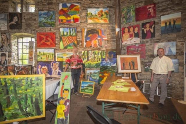 Horst Teuchert (l.) aus Dortmund und Ubbo Lüschen aus Unana (r.) präsentierten ebenfalls ihre farbenprächtigen Bilder in der Scheune von Haus Opherdicke. (Foto: P. Gräber - Emscherblog.de)