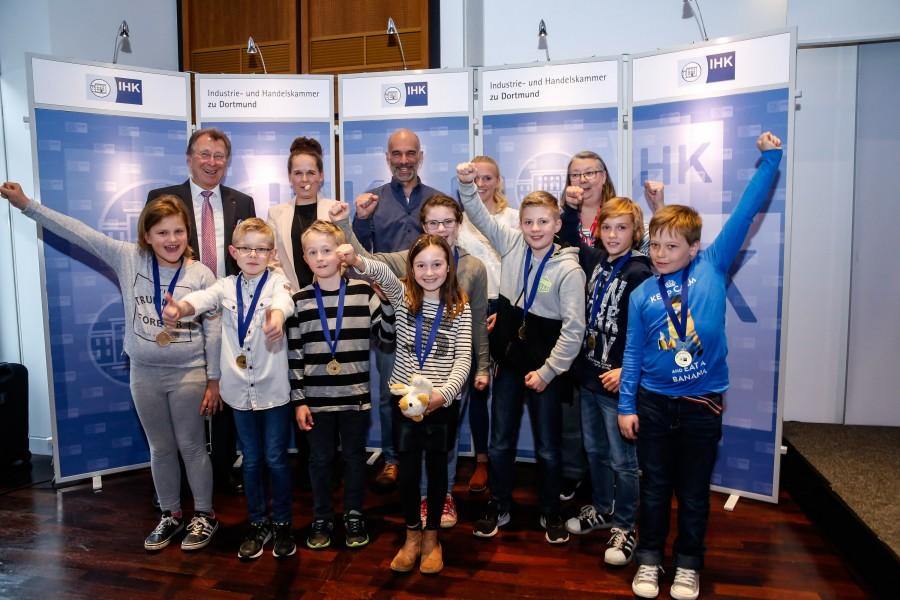 Schulleiter Marhgnus Krämer und die KInder der Paul-Gerhardt-Schule freuten sich riesig über den Ehrenpreis der IHK. (Foto: IHK zu Dortmund/Oliver Schaper)