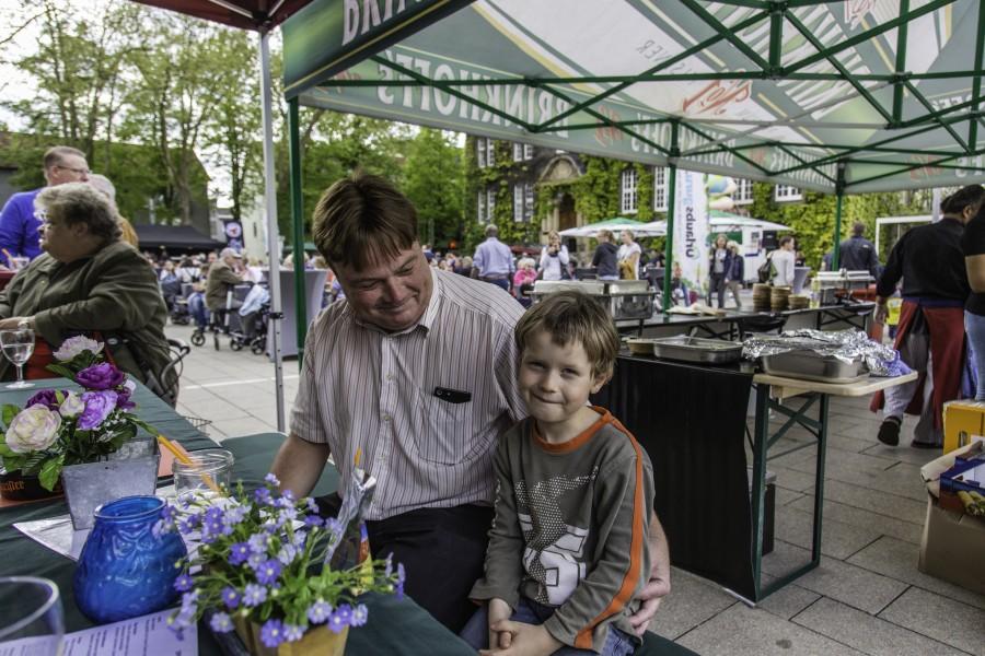 Diese beiden Besucher fanden trotzdem noch ein lauschiges Sitzplätzchen um den Rummel zu genießen. (Foto: P. Gräber - Emscherblog.de)