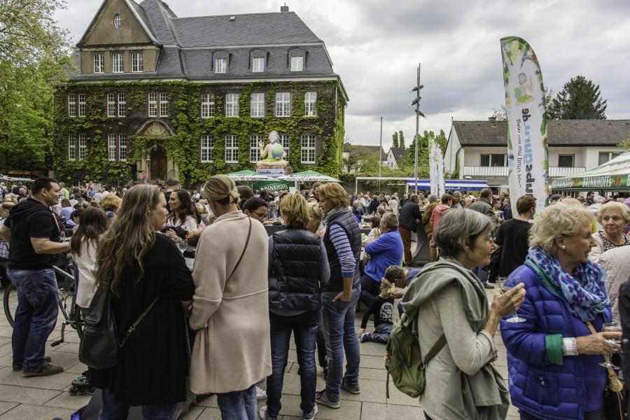 Viele Holzwickeder und Berufspendler wollten sich den ersten Streetfood-Markt der neuen Sommersaison nicht entgehen lassen: Der Marktplatz war rappelvoll. Foto: P. Gräber - Emscherblog.de)