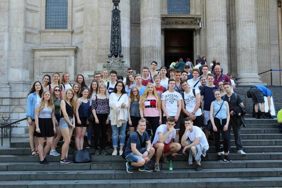 Waren von ihrem Trip in die englische Hauptstadt angetan: Die Schülerinnen und Schüler des 11. Jahrgangs des Clara-Schumann-Gymnasiums bei ihrem Aufenthalt in London. (Foto: privat)