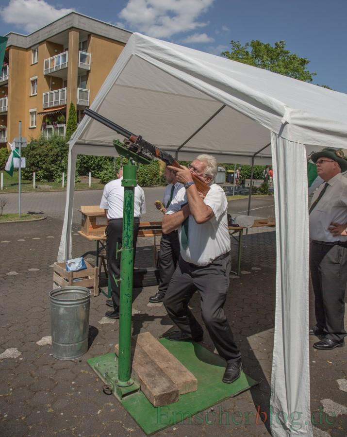 Am Montag erstmals mit Schutzbrille und Ohrenschützern: Schießen unter der Vogelstange. (Foto: P. Gräber - Emscherblog.de)
