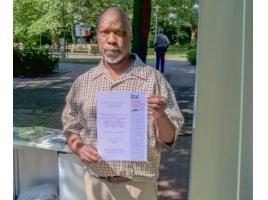 John Orcas Okellos mit der Urkunde, die der Seniorenbeirat von der Landes-Seniorenvertretung für seine ehrenamtliche Arbeit erhielt. Foto: P. Gräber Emscherblog.de)