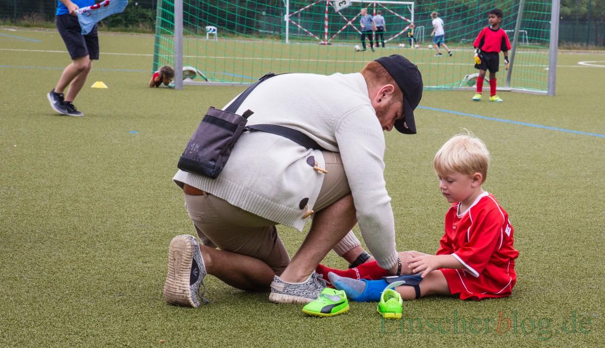 Bis unmittelbar vor dem Anpfiff kümmerten sich die Betreuer um die Spieler. (Foto: P. Gräber - Emscherblog.de)