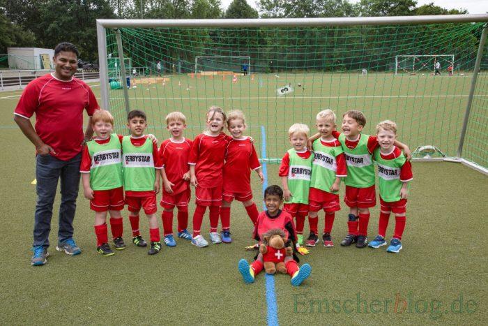 Die verdienten Sieger des 15. Kindergarten-Cups: Die Mannschaft der evangelischen Kita Löwenzahn mit ihrem Trainer und Maskottchen. (Foto: P. Gräber - Emscherblog.de)