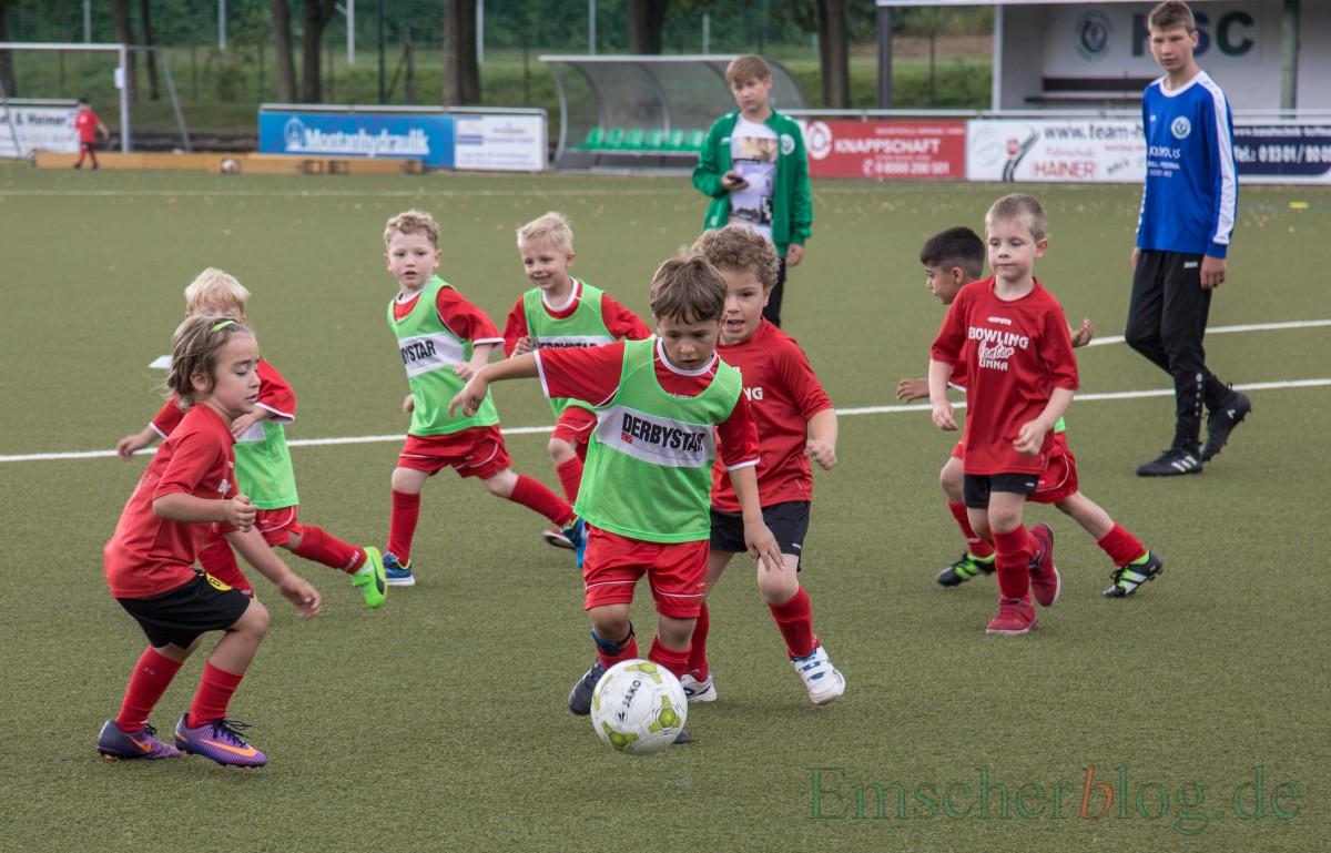 Im ersten Spiel trafen die Mannschaften der Kita Löwenzahn (mit grünen Leibchen) und der SPI Unna aufeinander. (Foto: P. Gräber - Emscherblog.de)