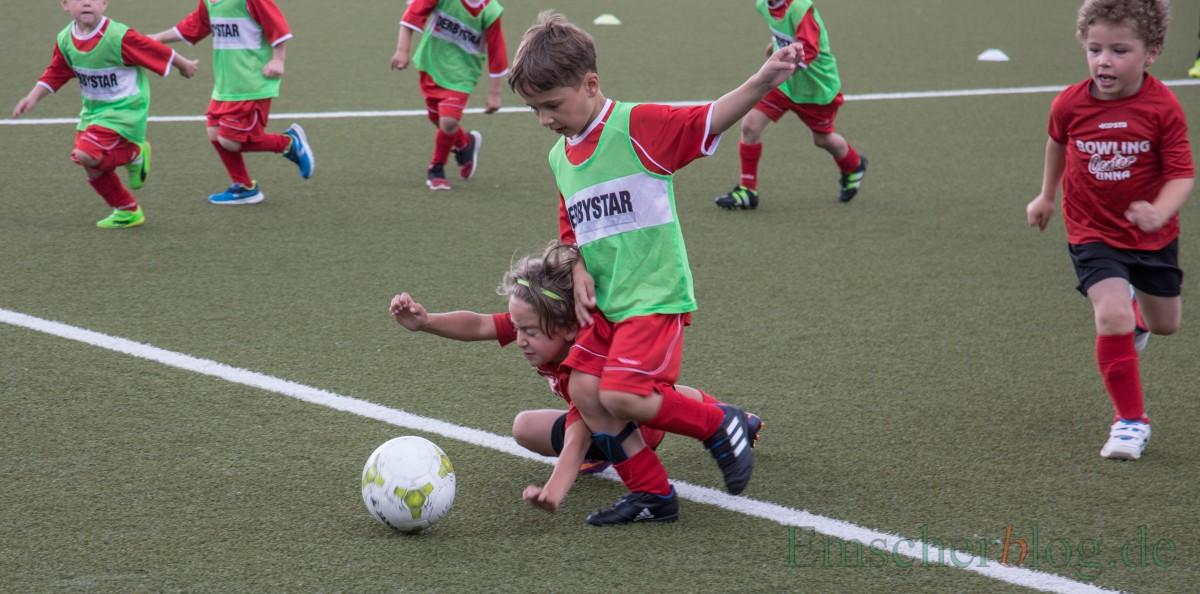 Egal ob Junge oder Mädchen - bei den Mini-Kickern wird mit ganzem Körpereinsatz gekämpft. (Foto: P. Gräber - Emscherblog.de)