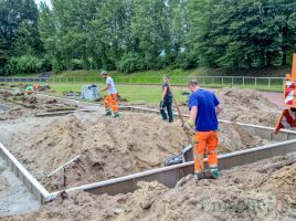 Die Gemeinde Holzwickede lässt die Weitsprunganlage im Montanhydraulik-Stadion durch Mitarbeiter des Baubetriebshofes erneuern. (Foto: P. Gräber - Emscherblog.de)