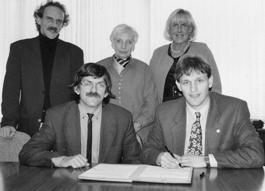 Vertragsunterzeichnung für die Pflegeberatung im Jahr 1996: Klaus Martin Schult (Grüne), Helmfried Meinel (Verbraucher-Zentrale NRW), Emmi Beck (CDU), Angelika Chur (SPD) und der damalige Sozialdezernent Michael Makiolla (v.l.). Foto: Kreis Unna
