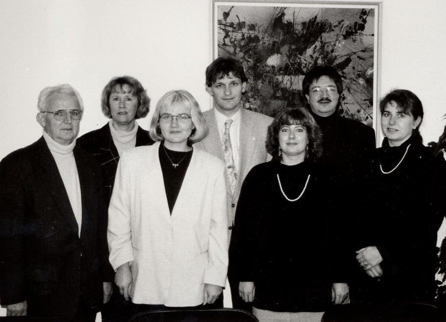 """Start des Wohnberatungsangebots im Jahr 1997 mit Fritz Schümer (Vorsitzender Verein """"Neues Wohnen im Alter""""), Hanne Fritsche (Wohnberaterin), Jutta Gülzow (Leiterin Verbraucherzentrale Lünen), dem damaligen Sozialdezernenten Michael Makiolla, Iris Lehmann (Wohnberaterin), Hans Zakel (Kreis Unna) und Regina Mehring (Wohnberaterin, v.l.). (Foto: Kreis Unna)"""