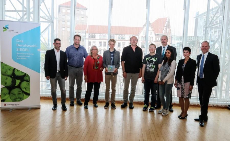Eine Delegation der Karl-Brauckmann-Schule nimmt die Auszeichnung gestern in Dortmund entgegen. Foto: Roman von Götz