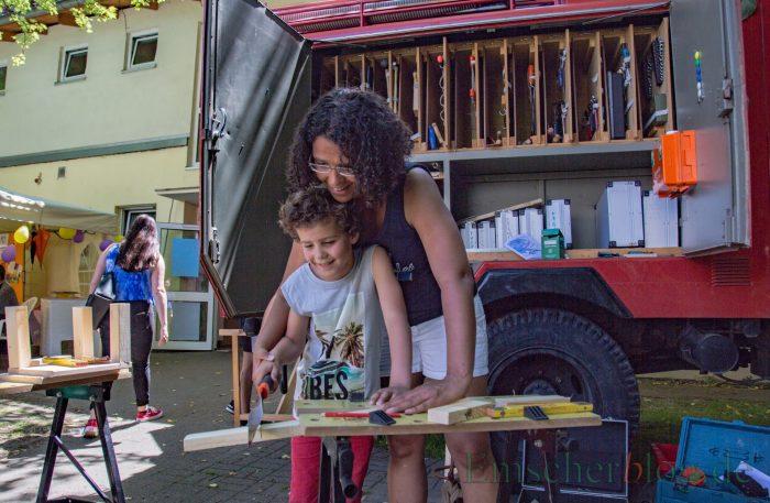 Die ev. Kirchengemeinde feierte an diesem Wochenende ihr zweitägiges Gemeindefest: Die mobile Werkstatt animierte große und kleine Besucher zum Basteln.(Foto: P. Gräber - Emscherblog.de)