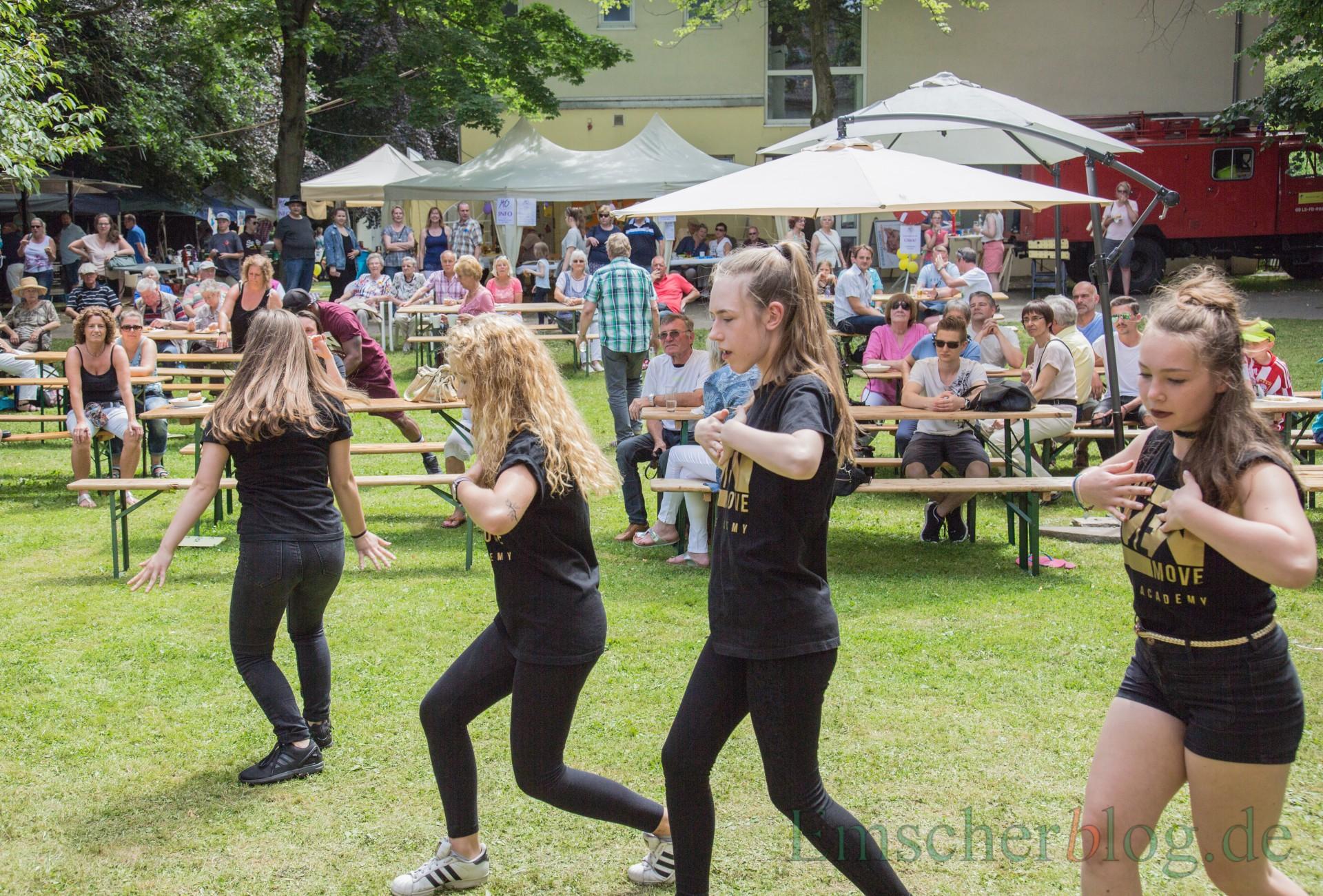 Zwei Tage lang feierte die evangelische Kirchengemeinde Holzwickede-Opherdicke an diesem Wochenende ihr Gemeindefest: Die Hip-Hop-Gruppe des Treffpunkts Villa zeigt eine Tanzdarbietung. (Foto: P. Gräber - Emscherblog.de)