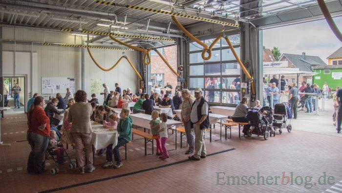 In der Fahrzeughalle hatte die Feuerwehr Biertischgarnituren aufgebaut. (Foto: P. Gräber - Emscherblog.de)
