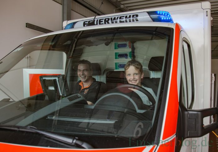 Die Rettungssanitäter des Kreises standen für die Fragen der Kinder und Erwachsenen bereit. (Foto: P. Gräber - Emscherblog.de)