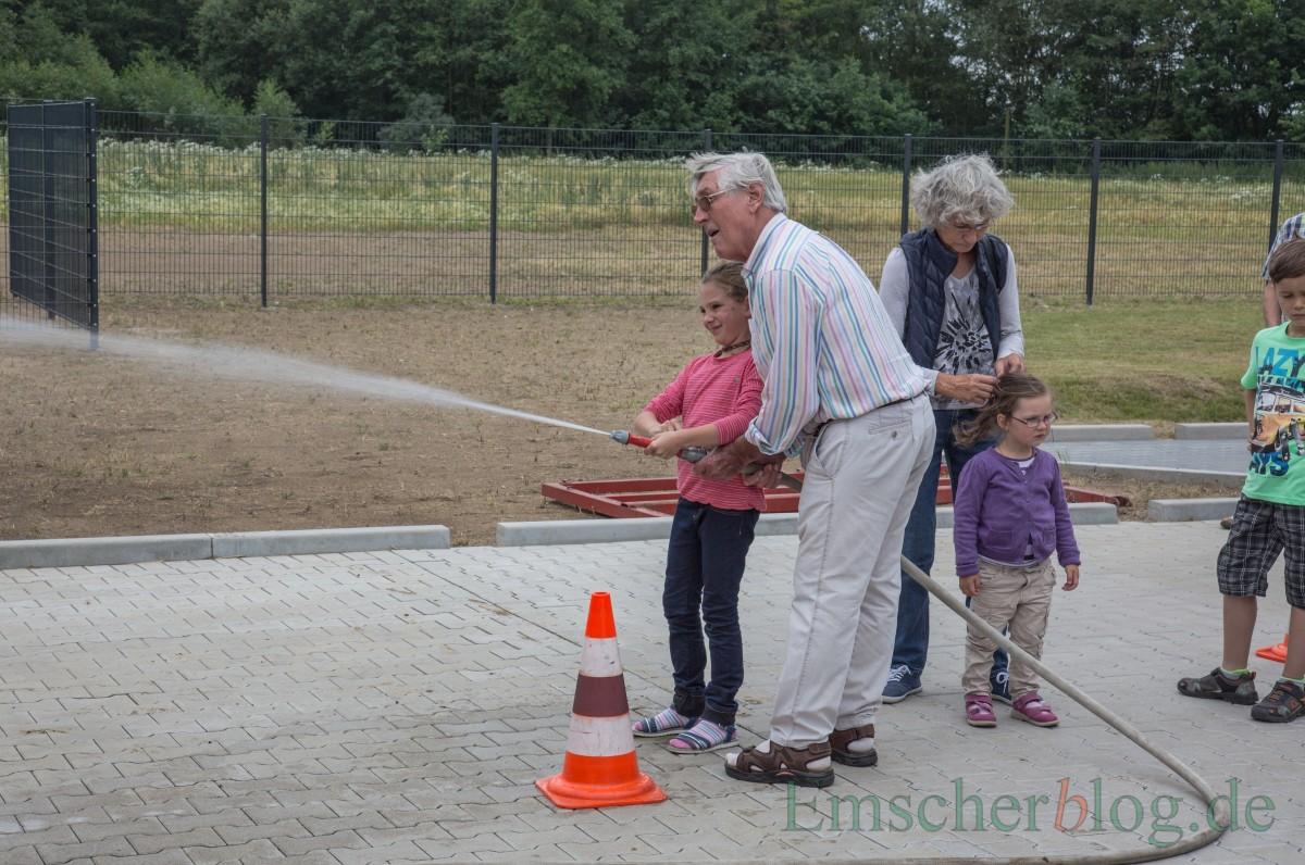 Bei Alt und Jung sehr beliebt: das Zielspritzen mit dem Feuerwehrschlauch. (Foto: P. Gräber - Emscherblog.de)