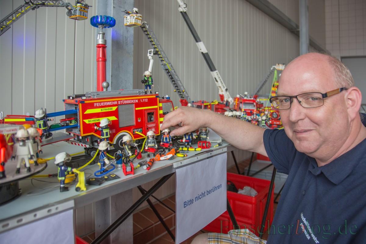 Jörg Jansen beantwortet geduldig alle Fragen zu seiner Playmobil-Sammlung. (Foto: P. Gräber - Emscherblog.de)