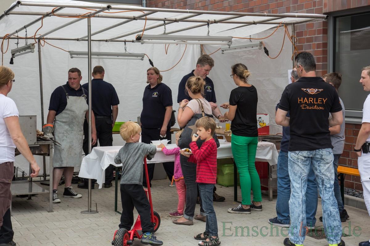 Die Helfer des Löschzuges II kümmerten sich mit Leckereien vom Grill um das leibliche Wohl der Besucher. (Foto: P. Gräber - Emscherblog.de)