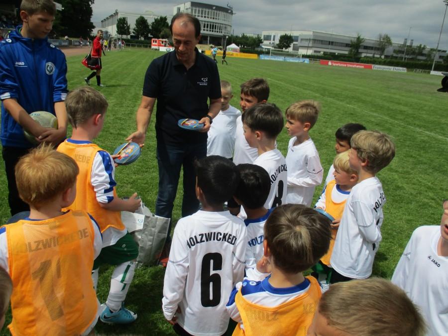 Für ihren großen Einsatz beim Einlagespiel erhielten die Minikicker des Holzwickeder Sport Club (HSC) von Sonepar West-Geschäftsführer Ingolf Coers Kino- und Snack-Gutscheine. Foto: privat)