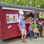 Grundschüler verkaufen schuleigenen Honig aus Bauwagen
