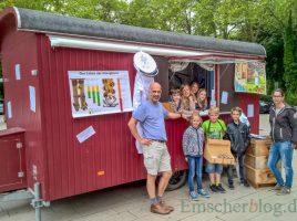 Schulleiter Magnus Krämer (l.) mit seinen Nachwuchsverkäufer und einer Kundin. (Foto: P. Gräber - Emscherblog.de)