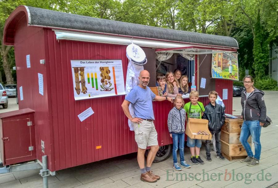 Schulleiter Magnus Krämer (l.) mit seinen Nachwuchsverkäufern aus der Paul-Gerhardt-Schule und einer Kundin. (Foto: P. Gräber - Emscherblog.de)