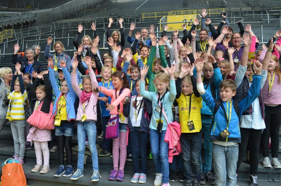 Freuten sich riesig über den Besuch im Signal-Iduna-Park und den Stadionbesuch: die Kinder und Eltern der Paul-Gerhardt-Schule auf der Südtribüne im schönsten Fußballstadion der Welt. (Foto: privat)