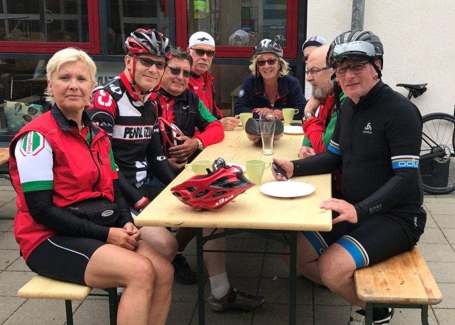 """Ein Teil der Gruppe des HSC, die an der """"Tuchmacher-RTF"""" im niedersächsischen Bramsche teilgenommen haben, stärkt sich schon mit Kaffee und Kuchen, während der Rest noch auf der Strecke ist. Foto: privat)"""
