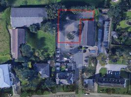 Dieses Luftbild zeigt die Rausinger Halle und Umgebung. In der rot umranmdeten Fläczhe wird die Containeranlage für die beiden Kindergartengruppen entstehen. (Screen: Googlemaps.de).