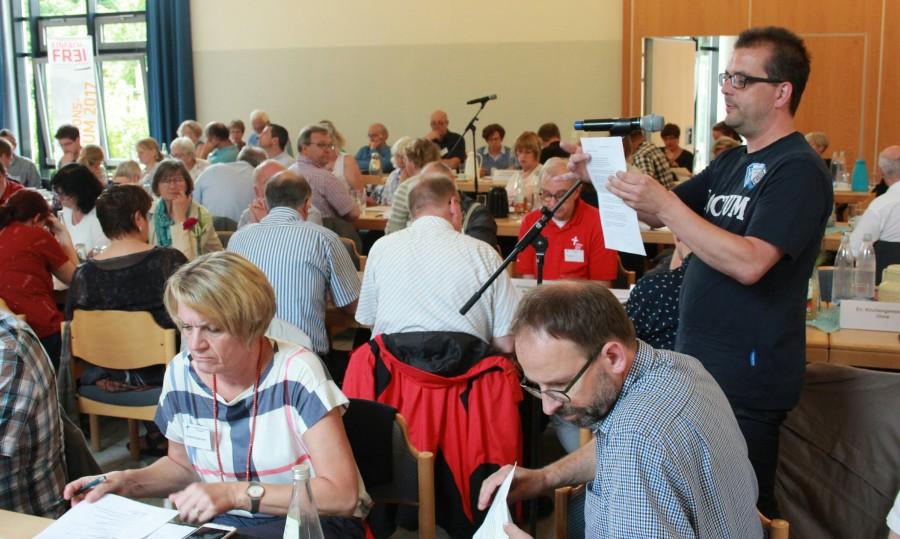 Die Synodalen diskutieren miteinander, wie Kommunikation in Zukunft gestaltet werden soll. (Foto: Ev. Kirchenkreis)