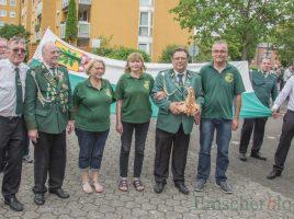 Der neue Schützenkönig Andreas Weidlich (4.v.r.) und seine Königin Tanja (5.v.r.) mit ihren Adjutanten der Kompanie Wildschütz. (Foto: P. Gräber - Emscherblog.de)