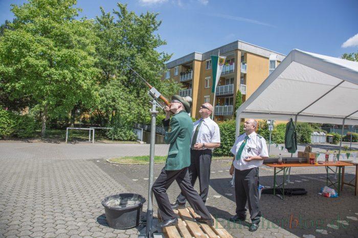 Schießwart Andreas Gawlowski (M.) sorgt für einen reibungslosen Ablauf beim Vogelschießen.(Foto: P. Gräber - Emscherblog.de)