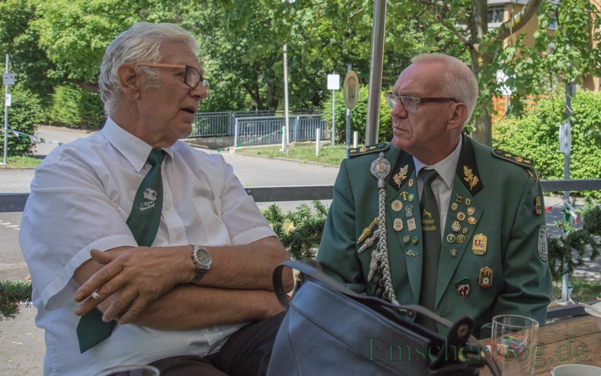 Fachsimpeln zwischen dem 1. Vorsitzenden der Bürgerschützen, Karl-Heinz Pakusch (l.) und Ex-König Jürgen Fritz (r.) auf dem Kommandowagen. (Foto: P. Gräber - Emscherblog.de)