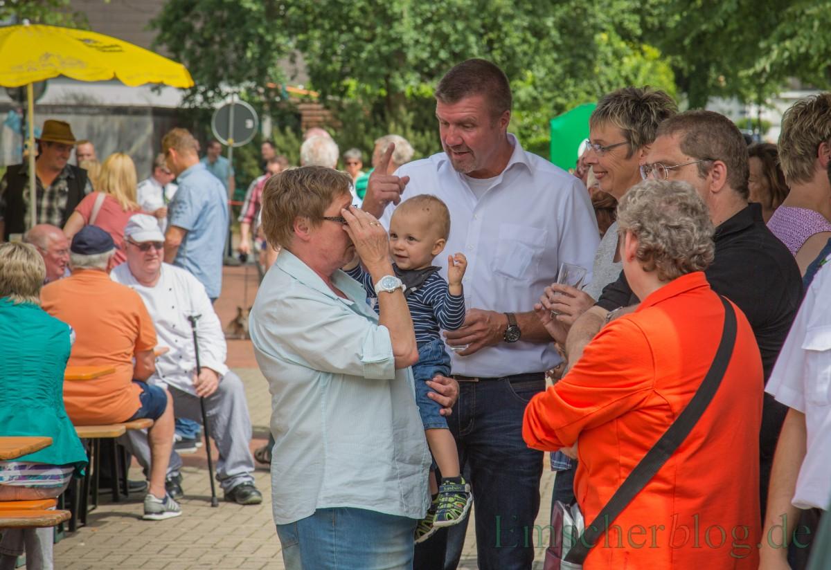 Auch Bernd Kasischke, der neue 1. Beigeordnete der Gemeinde (M.) nutzte an seinem ersten Arbeitstag das Schützenfest, um erste Kontakte zu knüpfen. (Foto: P. Gräber - Emscherblog.de)