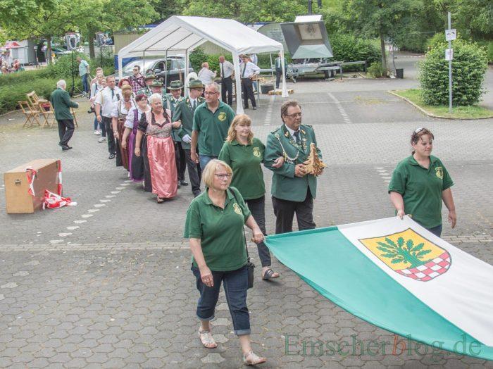 Abgang des neuen Königspaares hinter der Fahne nach dem erfolgreichen Schießen. (Foto: P. Gräber - Emscherblog.de)