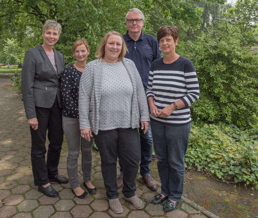Endlich ist sie da: Die neue Umweltbeauftragte Tanja Flormann (M.) wurde von Bürgermeisterin Ulrike Drossel, Simone Labenda (Leiterin FB I), Uwe Nettlenbusch (Leiter Technische Dienste) und Sabine Lütkefent (Personalrat; v.l.) begrüßt. (Foto: P. Gräber - Emscherblog.de)