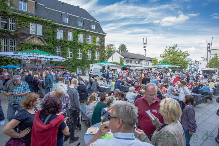 Vom Streetfood-Markt können die Holzwickeder offensichtlich nicht genug bekommen: Der Marktplatz war wieder rappelvoll. (Foto: P. Gräber - Enscherblog.de)