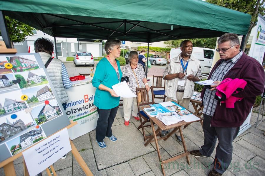 Die Mitglieder des Seniorenbeirastes, hier an ihrem Info-Stand auf dem Streetfood-Markt, haben ihre Vorschläge für den sozialen Wohnungsbau auf dem Kasernengelände zur Diskussion gestellt. (Foto: P. Gräber - Emscherblog.de)