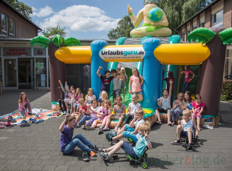 """""""Mioteinander um die Welt"""" - passend zum Motto der OGS-Betreuung in der Duderntohschule stattete der Urlaubsguru mit seiner Riesenhüpfburg den Kindern heute einen Besuch ab. (Foto: P. Gräber - Emscherblog.de)"""