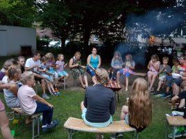 """In einer Lese-Insel auf der Wiese vor dem Jugendheim machten es sich die kleinen """"Leseratten"""" gemütlich. (Foto: privat)"""