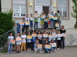 Kinder der Holzwickeder Aloysiusschule malten im Rahmen der Museumspädagogik auf Haus Opherdicke ein Bild von Josef Scharl nach. (Foto: Kreis Unna)